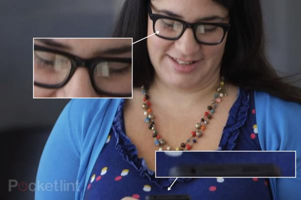 Eдна от жените в клипа държи нещо много приличащо на смартфон.