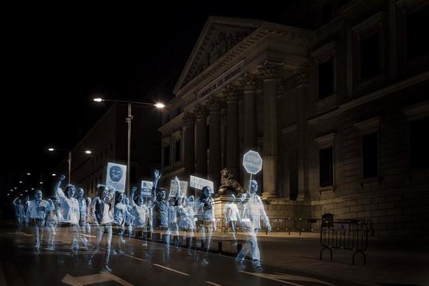 Испанците направиха протест с холограми